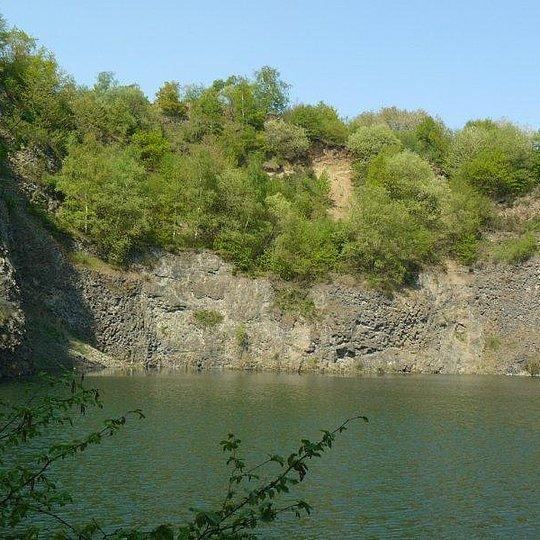 Restsee im ehemaligen Abbaubereich des Eulenberges