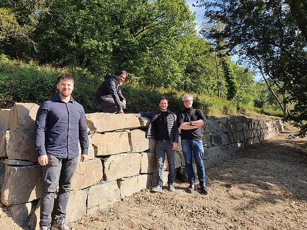 Vertreter von chance7 und der Stadt Bad Honnef freuen sich sehr über die neuen Trockenmauern