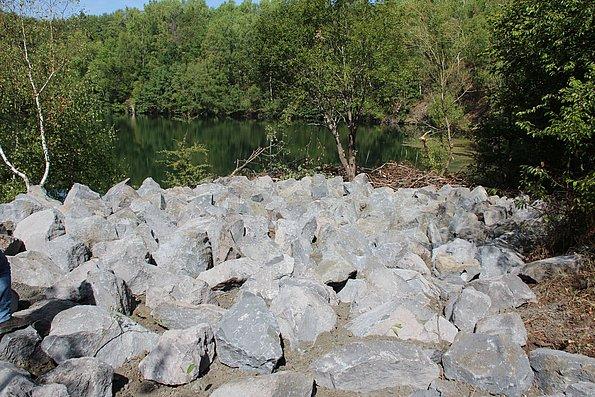 Wasserbausteine verhindern, dass die Fläche als Liegeplatz genutzt wird